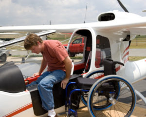 pilot-with-disabilities-gets-into-plane-e1377782249408